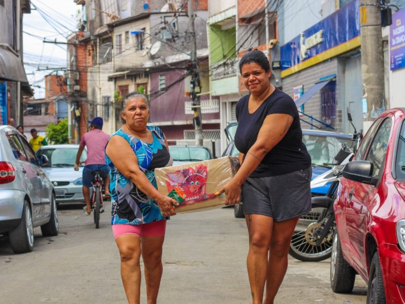 Women carrying donated food package. Photo by UNAS Communication | Douglas Cavalcante